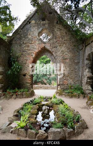 Falso cappella in rovina nel parco del palazzo di monserrate in Sintra, nei pressi di Lisbona, Portogallo Foto Stock