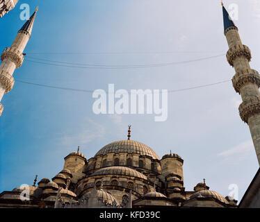 Turchia, Istanbul, basso angolo vista di Yeni Camii moschea Foto Stock