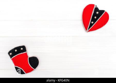 Natale e Anno Nuovo decorazione fatta di telaio ad angolo con il nuovo anno ornamenti di cuore e di boot Foto Stock