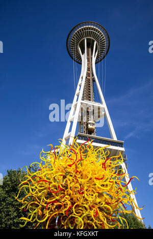 WA14113-00...WASHINGTON - Sculture in vetro e lo Space Needle a Chihuly Garden e il vetro nel centro di Seattle. Foto Stock