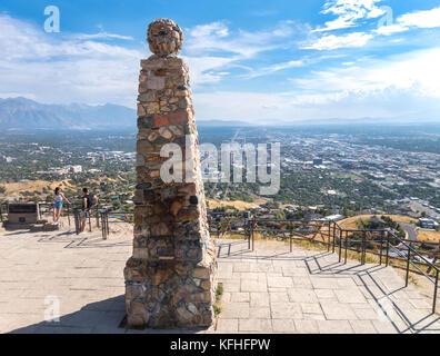 Salt Lake City Ensign Peak Scenic si affacciano. Coppia giovane a alfiere di punta il punto di vista che si affaccia su SLC