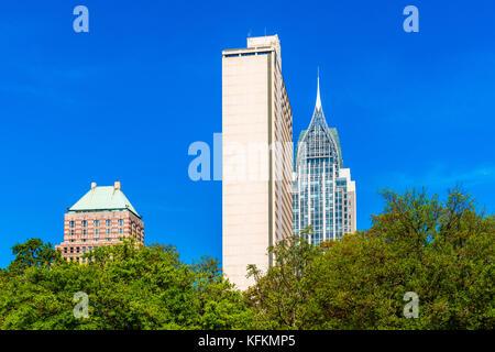 Alti edifici nel quartiere centrale di Mobile, Alabama, USA