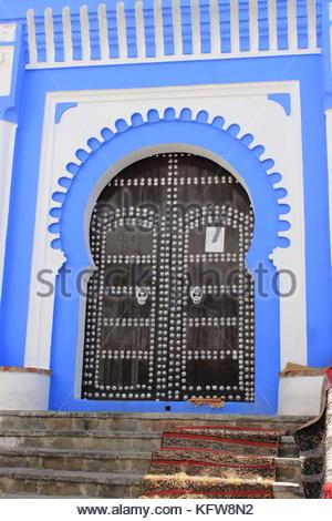Vecchia porta doppia arcata blu a chefchaouen, Marocco Foto Stock
