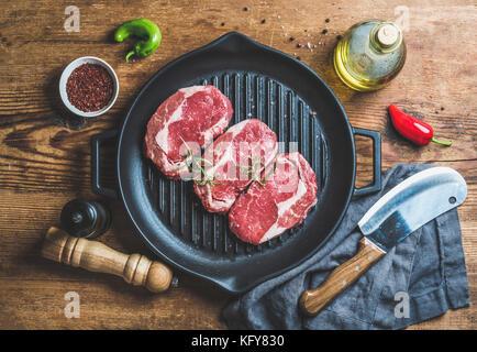 Ingredienti per la cottura di nervatura eye roast beef steak in padella Foto Stock