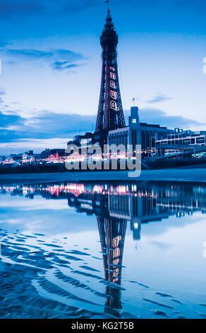 La Blackpool Tower illuminata di notte Foto Stock