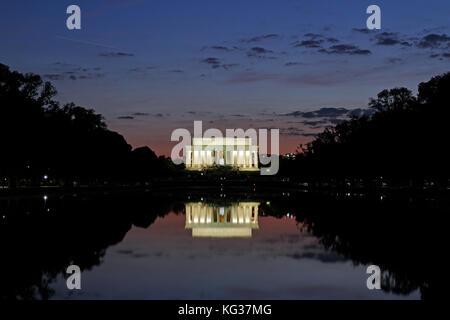 Tramonto sulla piscina riflettente e il Lincoln Memorial, Washington DC, Stati Uniti d'America. Foto Stock