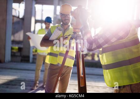Ritratto di costruzione gli ingegneri che lavorano sul sito di costruzione Foto Stock