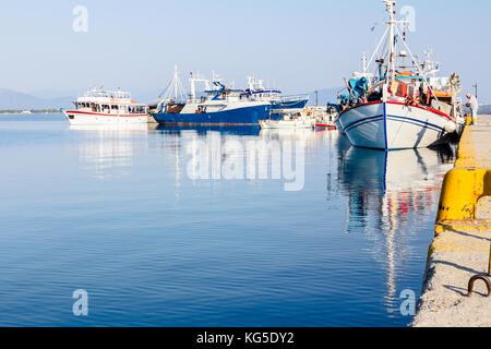 Ormeggiata barche colorate con attrezzatura da pesca sono legati con funi per il moro presso la porta locale. Foto Stock