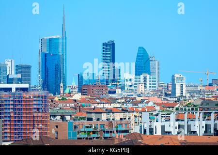 Milano, Italia, il nuovo skyline di porta nuova e citylife grattacieli, vista dal monte stella park, d'estate 2017