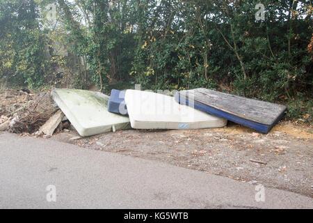 Fresh fly-ribaltamento dei materassi da letto e costruttori di rifiuti in Iver, Buckinghamshire, UK Foto Stock