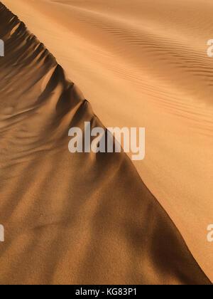 Deserto di sabbia pattern per sfondo, linea diagonale, i colori e le ombre, telaio verticale Foto Stock