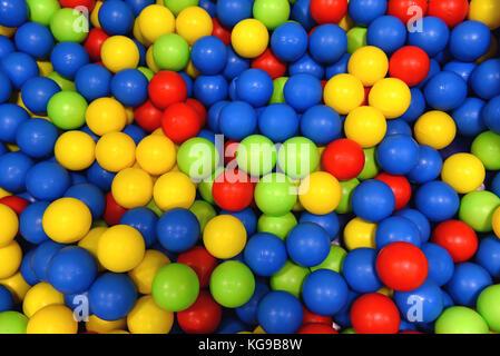 Le sfere colorate per bambini. Giochi divertenti e sicure, bambini giocare nel mezzo. molto popolare in asili nido Foto Stock