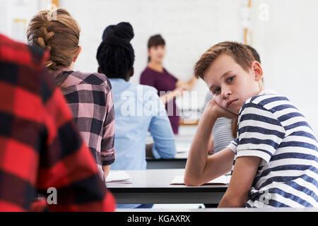Ritratto di adolescenti annoiati allievo nella classe Foto Stock