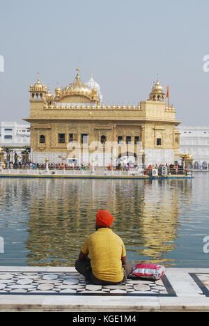 La religione sikh uomo pregare presso il Tempio Dorato, Amritsar Punjab, India Foto Stock