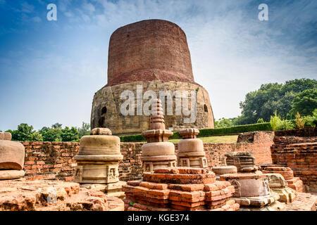 Stupa dhamek è un enorme stupa situato a sarnath, 13 km da varanasi nello stato di Uttar Pradesh, India. stupa nasce Foto Stock