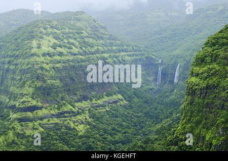 Le montagne con cascate in varandha ghat di Pune, Maharashtra