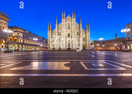 Di notte la piazza del duomo di Milano, Italia Foto Stock