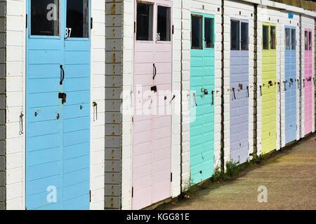 Fila di cabine sulla spiaggia, a Lyme Regis nel Dorset. Foto Stock