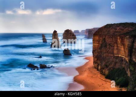 Impostazione scuro sun oltre il mare aperto horison off castle rock lookout su dodici apostoli marine park in vista Foto Stock