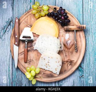 Aromatico formaggio svizzero e bicchiere di vino di uve Foto Stock