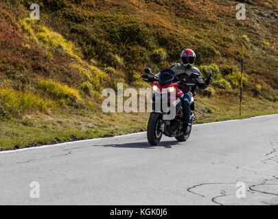 Ducati moto e pilota sul vertice del Passo San Pellegrino. Provincia di Lucca. L'Italia. Foto Stock