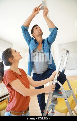 Matura nella nuova casa cambiando il bulbo della lampada
