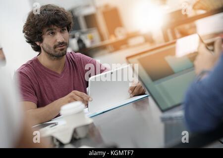 Imprenditore giovane uomo che lavora in ufficio sul computer portatile