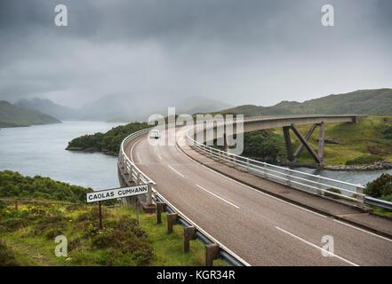 Guida auto su Kylesku ponte sopra il Loch un Chairn Bhain in Sutherland, Scozia, parte della costa Nord 500 scenic drive