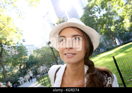 Moda ragazza camminare in Madison Square Park a Manhattan Foto Stock 5c8ef34017b9