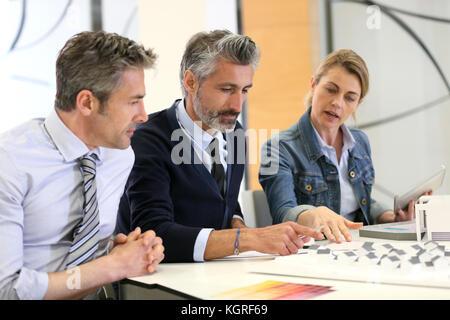 Gli architetti che lavorano insieme su immobiliare del progetto Foto Stock