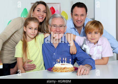 Famiglia Nonno festeggia il compleanno Foto Stock