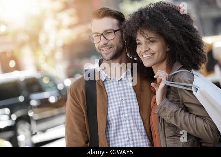 Allegro giovane facendo shopping nella città di new york Foto Stock
