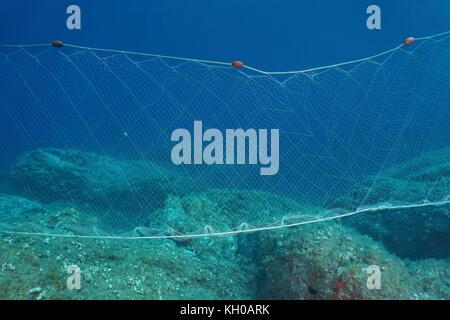 Una rete da pesca (reti da imbrocco) sott'acqua fissa sul fondale marino nel Mare Mediterraneo, Costa Brava, SPAGNA Foto Stock