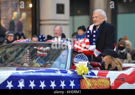 La città di New York, Stati Uniti d'America. Xi Nov, 2017. Veterani parata del giorno sulla Quinta Avenue in New York City. I veterani del più grande evento della durata di un giorno in tutta la nazione con decine di migliaia di dimostranti, compresi più di 300 unità. Credito: Ryan Rahman/Alamy Live News Foto Stock