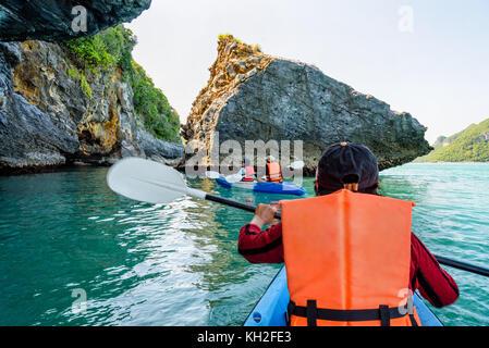 Gruppo di turisti su un kayak.viaggi in barca attorno a ko phi godetevi la splendida natura del mare e delle isole Foto Stock