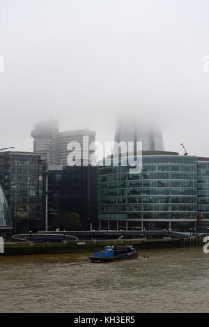 La Shard è avvolta nella nebbia e cloud. Basse nubi foschia mattutina di Londra e il fiume Tamigi. Foto Stock