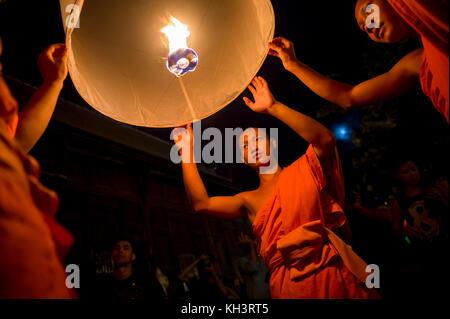 Chiang Mai, Thailandia - Novembre 07, 2014: gruppo di monaci buddisti di lancio lanterne sky all annuale yee peng Foto Stock