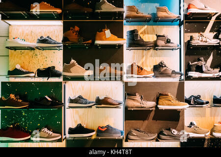 ... La moda casual sneakers maschio su scaffali in negozio del centro  commerciale. Foto Stock 13d1b5e96a8