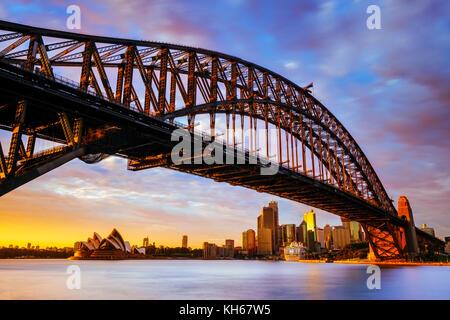 Sunrise presso il Ponte del Porto di Sydney e il Sydney Opera House, Milsons Point, Sydney, Nuovo Galles del Sud, Foto Stock