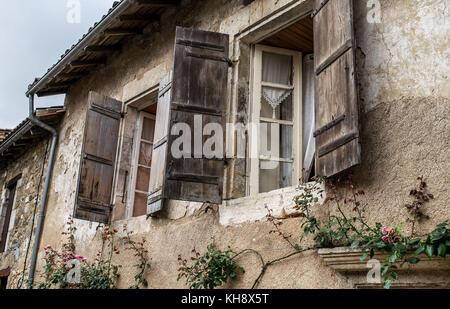 Aprire la finestra persiane, St Jean de cole, nr brantome, Francia Foto Stock