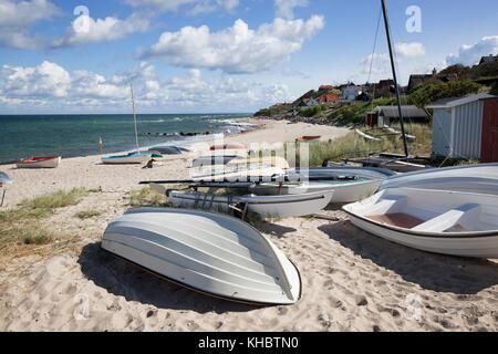 Barche sulla spiaggia di sabbia bianca e la città dietro, Tisvilde, Kattegat Costa, Zelanda, Danimarca, Europa Foto Stock