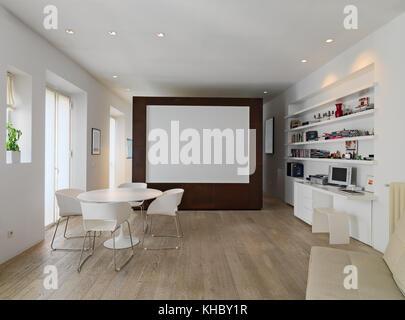 Appartamento Bianco in legno con tavolo e sedie e soggiorno aperto ...