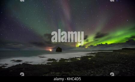 Mare Karlinn catasta sulla penisola di Reykjanes, con luci del nord. Foto Stock