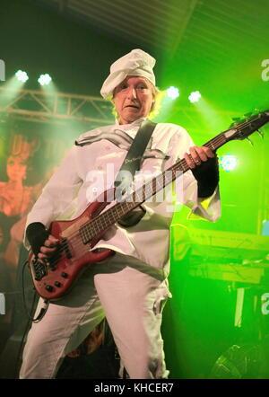 Rick anderson chitarrista con i tubi di eseguire al motore camere southampton, Regno Unito Foto Stock