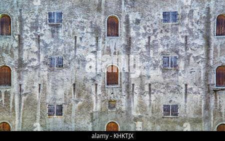 Una parte della parete del vecchio edificio a Tallinn. Le finestre e le porte sono disposti nella forma di una configurazione Foto Stock