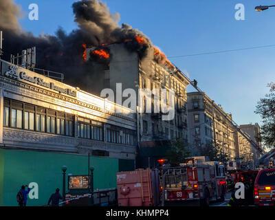 New york, Stati Uniti. 17 nov, 2017. un grande incendio è visto in un edificio in corrispondenza dell'intersezione Foto Stock