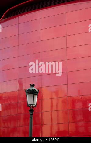 Particolare della facciata. Al centro artistico Reina Sofia Museo Nazionale. Madrid, Spagna.