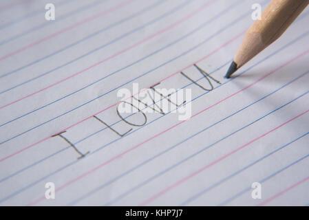 """Scrittura a mano utilizzando una matita su un foglio di carta.scrivere """"ti amo"""" Foto Stock"""