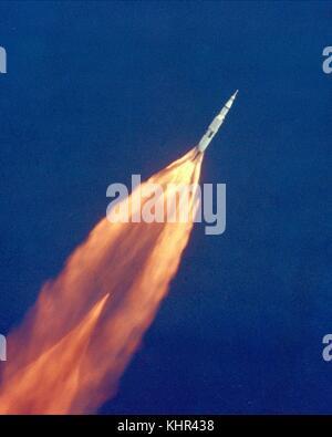 La Nasa apollo 11 saturn v veicolo spaziale si arrampica verso orbita per il suo atterraggio lunare missione dopo il decollo dal Kennedy Space Center launch pad 39a per il suo atterraggio lunare missione luglio 16, 1969 in Merritt Island, Florida. (Foto di foto nasa via planetpix) Foto Stock