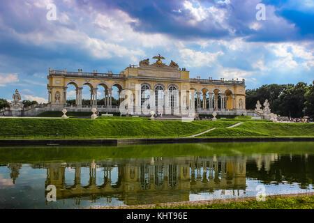 Gloriette nel giardino di Schonbrunn, Vienna, Austria contro un cielo nuvoloso Foto Stock
